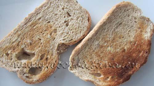 Rebanadas de pan tostado listas para elaborar las tostadas con hummus y pimientos un aperitivo delicioso y muy sencillo