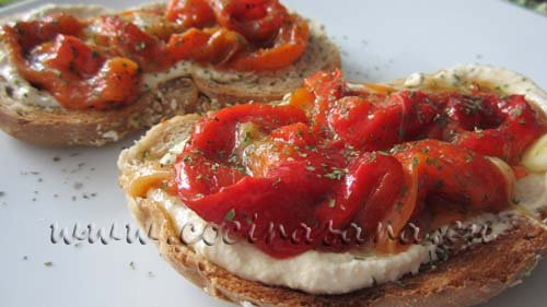 Tostas de hummus y pimientos rojos