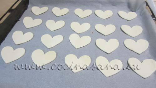Coge el molde de corazón más grande y recorta 24 corazones