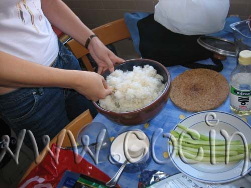 Pon el agua y el arroz en una olla y ponla sobre el fuego bastante fuerte hasta que hierva. Cuando hierve, cubre la olla con una tapa y deja cocer otros 10 minutos a fuego muy bajo
