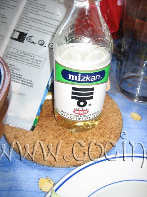 pon una olla pequeña sobre el fuego con el vinagre, el azúcar y la sal y deja que empiece a hervir, luego apaga y deja enfriar unos 15 minutos.