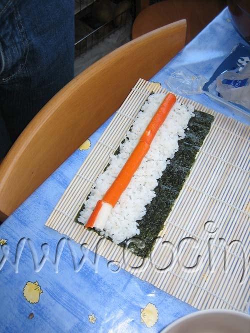 En el centro disponemos 2 bastoncitos de surimi o de pepino, se pueden añadir los ingredientes que más te gusten al centro del sushi.