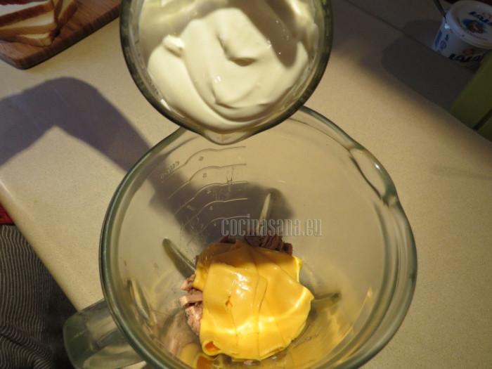 Vierte los demás ingredientes, el queso y la crema para elaborar el dip, licua hasta que adquiera una consistencia espesa y uniforme.