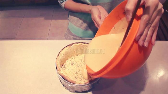 Coloca en un aro de repostería el bizcocho y rellenalo con el mousse