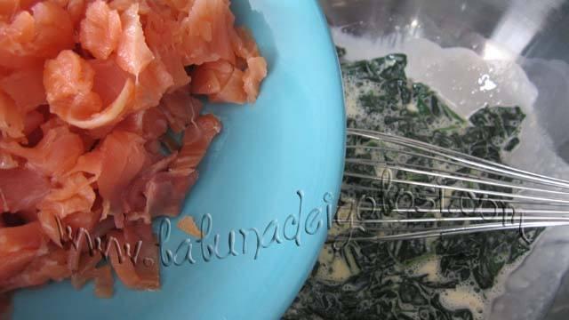 Se añade el salmón en trozos pequeños o medianos lo puede picar tanto como quieras