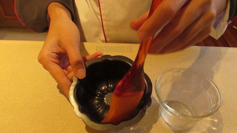 Barniza con un poco de aceite vegetal el molde de la gelatina para que no se pegue