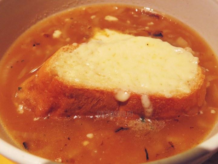 Gratinar el pan y acompañar la sopa con él.