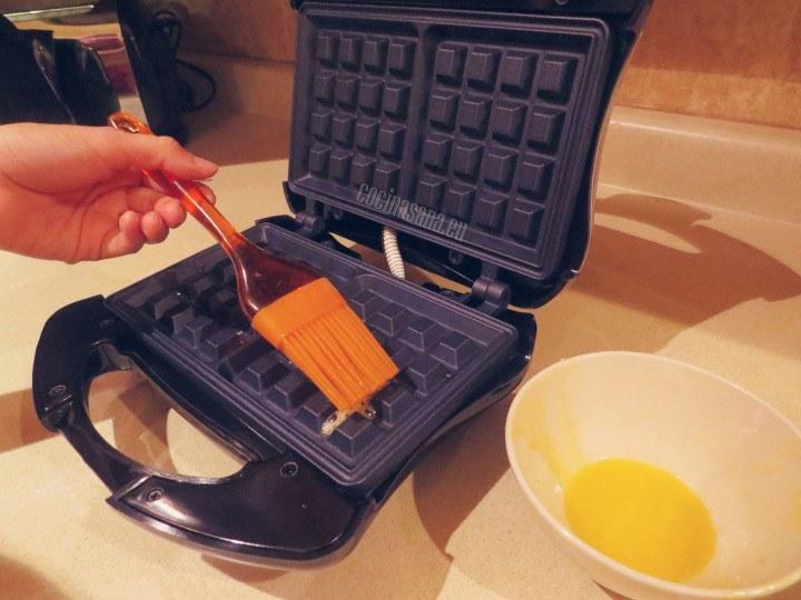 barnizar  con mantequilla o aceite la wafflera y calentar.