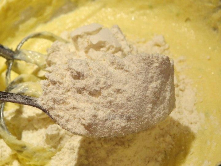 Añadir los ingredientes secos y dejar reposar en refrigeración hasta que la masa este firme
