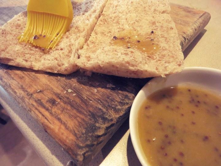 Barnizar con el aderezo el pan, impregnar muy bien con la preparación