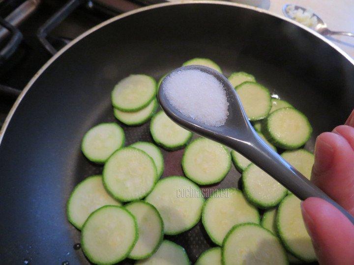 Saltear la calabaza y añadir sal y pimienta par condimentar a la preparación