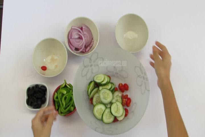 Combinar las verduras en una ensaladera, no te olvides de mezclar muy bien