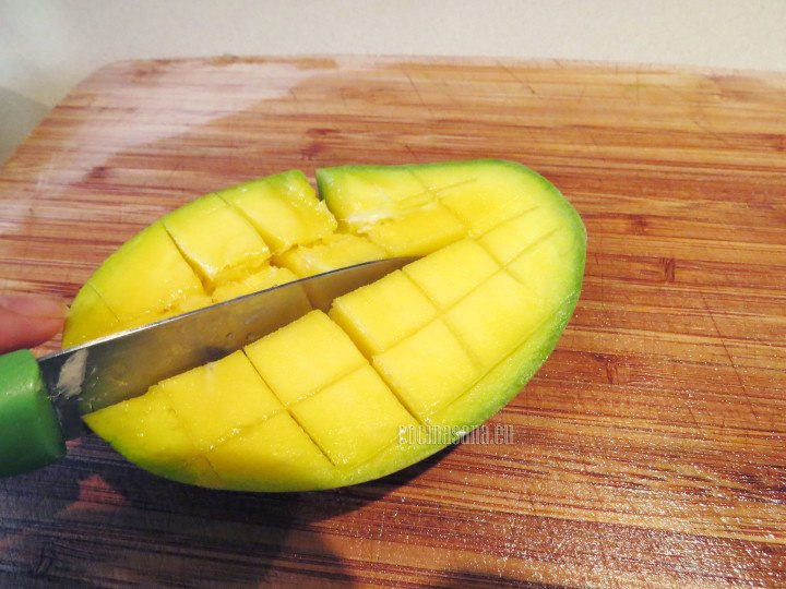Picar el mango en cubos y retirar con cuidado de la pulpa