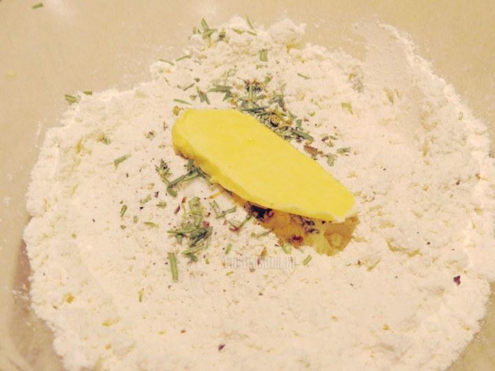Preparar la masa con la mantequilla, harina y hierbas amasar lo suficiente hasta que tenga una consistencia suave y uniforme