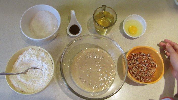 Combinar  azúcar, huevo, aceite, vainilla, nueces y harina con el pu´re de plátano.