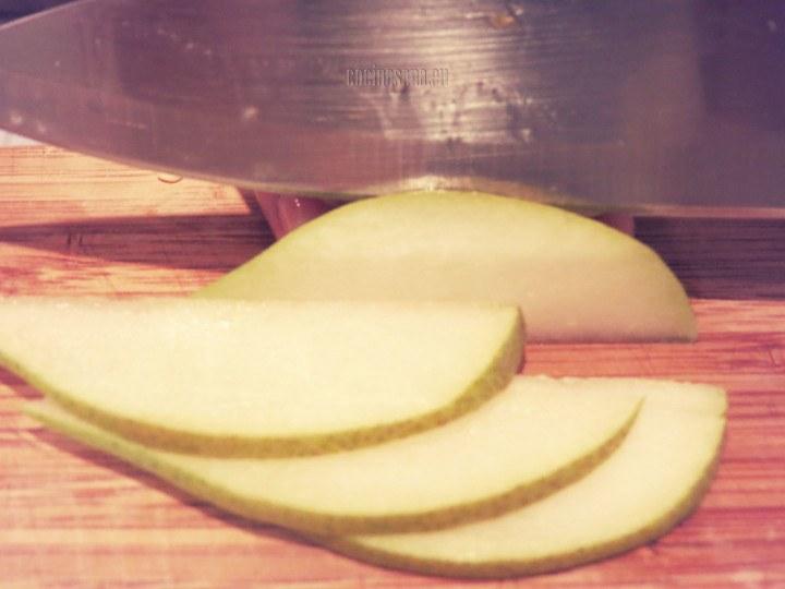 Picar las peras y el pimiento en rebanadas o láminas delgadas