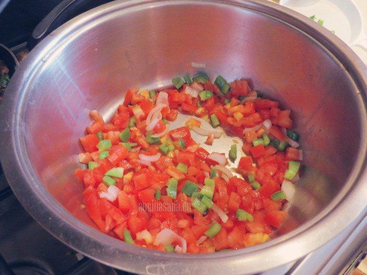 Saltear las verduras comenzando con la cebolla, el pimiento y por último el tomate.