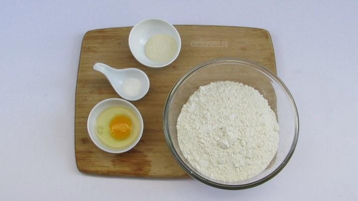Formar un volcán y colocar el huevo 2 pzas. (con la pieza restante hacer una mezcla para barnizar) sal y azúcar.