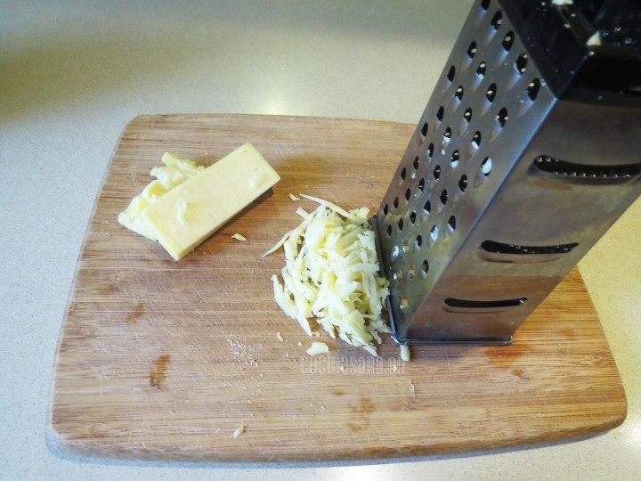 Rallar el queso para colocar sobre la preparación y dejar que se gratine