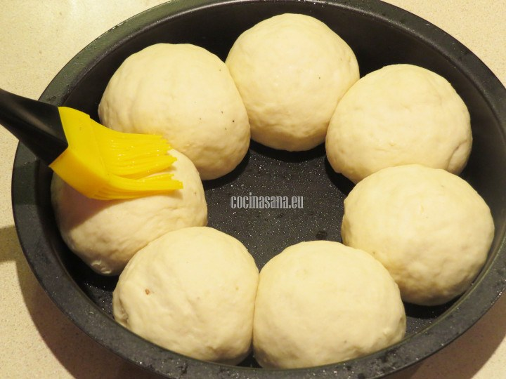 Formar bolitas y colocar dentro de un molde circular apto para el horno, barnizar con el huevo.