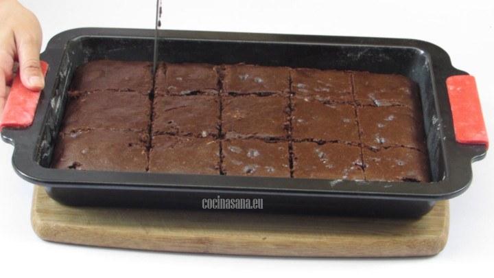 Cortar en Cuadrados los pastelillos y retirar con cuidado del molde para evitar que se rompan o desmoronen