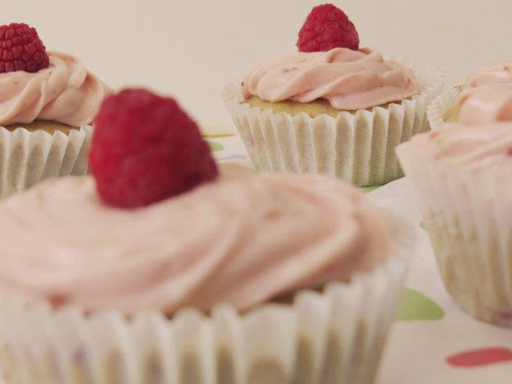 Cupcakes de Framubuesas ligero y deliciosos, elaborados con yogur y aromatizados con limón