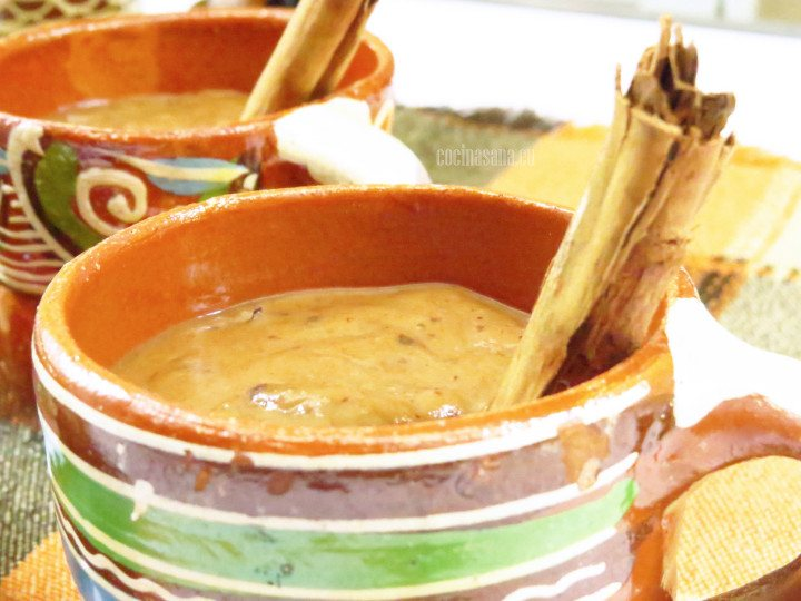 Atole de Ciruela preparado con canela y masa de maíz. Se sirve caliente