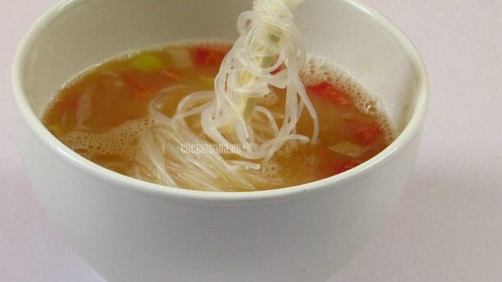 Escurrir el fideo previamente hidratado en el agua caliente y añadir a la sopa