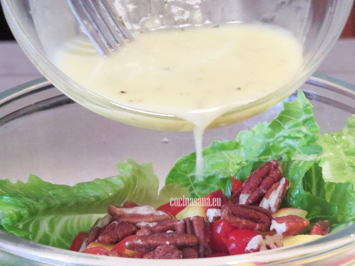 Aliñar la ensalada con el aderezo preparado con el aceite, limón, miel y menta.