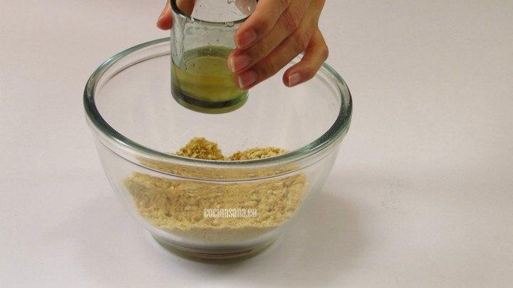 Añadir el jarabe a las galletas trituradas o molidas para darle textura y consistencia así lograr que se compacte mejor