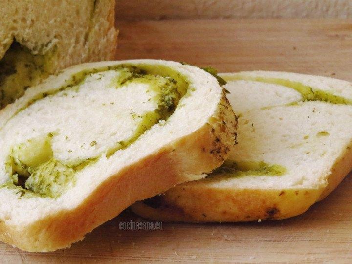 Pan con aderezo de cilantro en el interior ideal para aperitivos o botanas