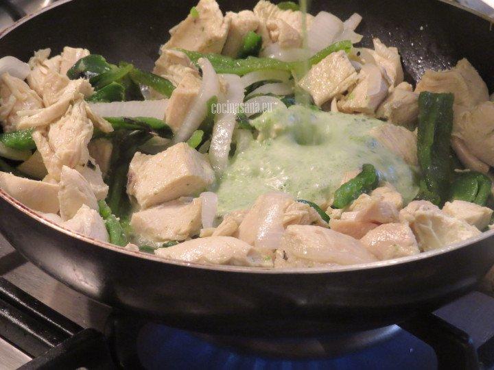 Agregar la salsa preparada con el chile poblano al salteado o guiso de pollo y dejar que espese ligeramente