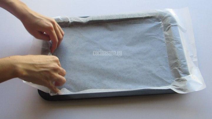 Colocar papel encerado en una charola y dejar un sobrante para poder levantar y retirar la preparación sin problemas evitando que se rompa