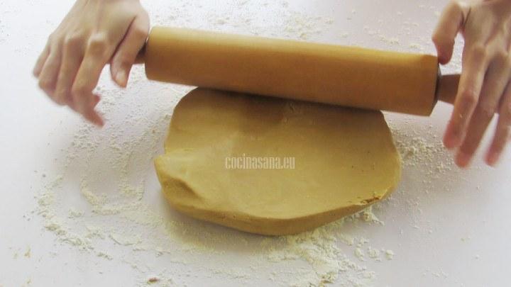 Extender la masa con la ayuda de un rodillo hasta llegar al grosor adecuado, espolvorear la superficie donde se extenderá la masa con un poco de harina