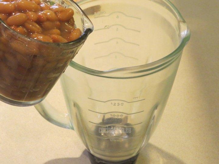 Verter los frijoles en la licuadora para procesar con el resto de los ingredientes