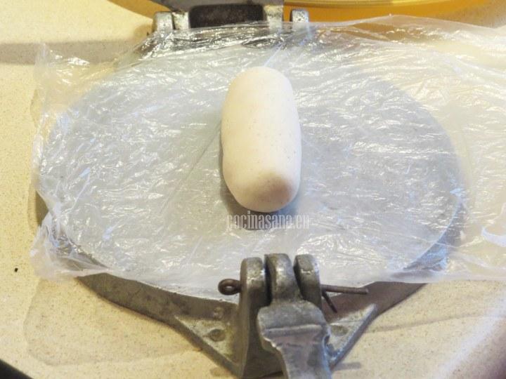 Formar un cilindro con la masa y dar forma