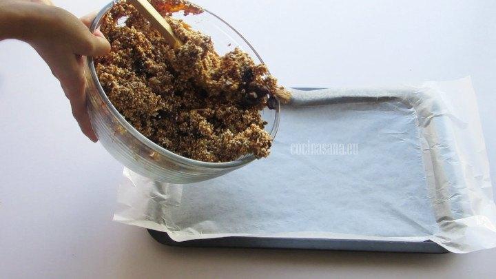Añadir la preparación y aplanar con una cuchara o manos para que tome la forma del recipiente
