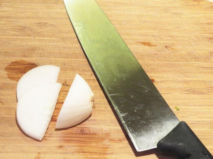 Picar las verduras: lla cebolla, el tome y también el queso en cubos para agregar a la ensalada de nopales