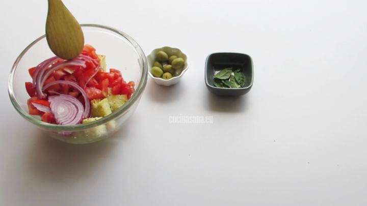 Mezclar el resto de los ingredientes para elaborar la ensalada panzanella