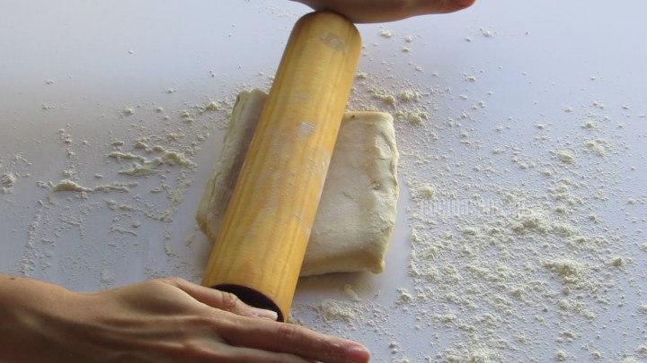 Estirar el la masa de hojaldre sobre una superficie enharinada, con la ayuda de un rodillo.