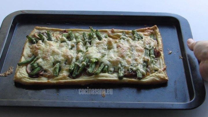 Hornear a 180°C por treinta minutos la tarta de hojaldre hasta que esté ligeramente dorada y el queso se gratine.