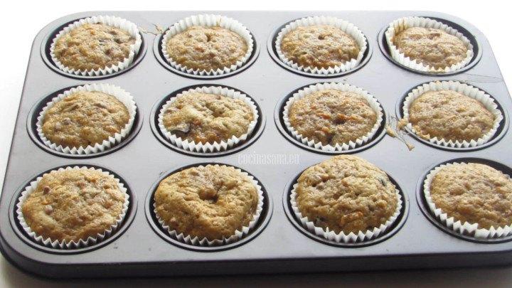 Enfriar y decorar los pastelitos de Zanahoria con el betún o merengue, elegir entre las decoraciones propuestas en la receta.