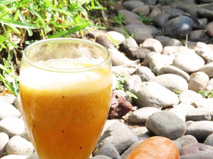 Jugo de zanahoria con kiwi se puede servir frío o con un poco de hielo