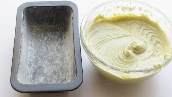 Verter la mezcla en el molde o los moldes para panque, se puede emplear cualquier forma de molde