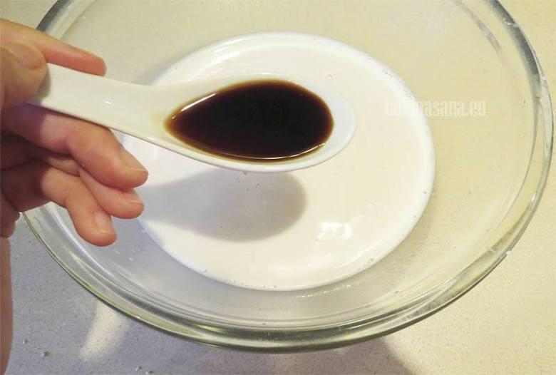 Se añade la vainilla y la sal a la leche de almendras