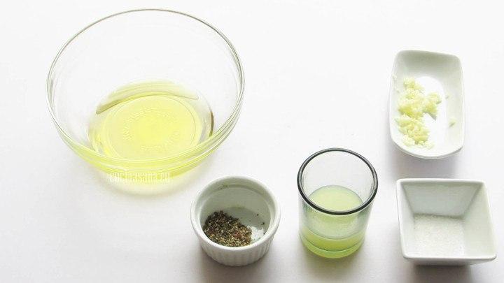 Preparar la vinagreta con el aceite, sal, pimienta y el jugo de limón.