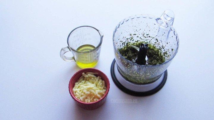 Añadir el Aceite y el Queso para procesar junto con el resto de los ingredientes del pesto con el cual se elaboran las tartartaletas de hojaldre