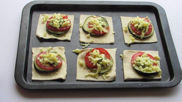 Engrasar ligeramente una charola con un poco de aceite de oliva o vegetal para evitar que se peguen las tartaletas