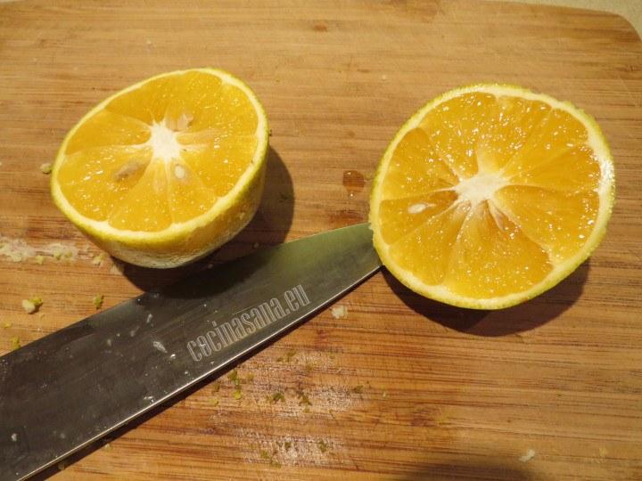 Exprimir las naranjas para obtener el jugo de naranja