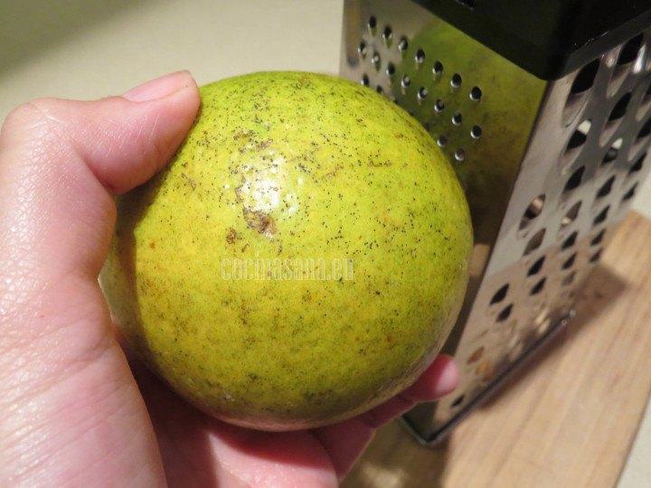 Rallar la naranja para obtener una cdta. de ralladura de naranja y añadir a la preparación